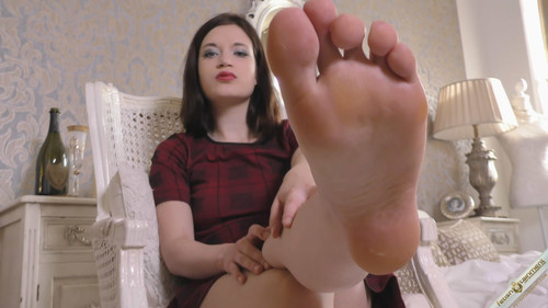 Lady Elsi shows off her feet - FULL HD WMV
